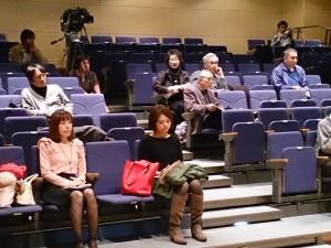 講演会(11・16)でのひとコマ。前方お二人の女性は、それぞれRCCとNHKの気象キャスターさん