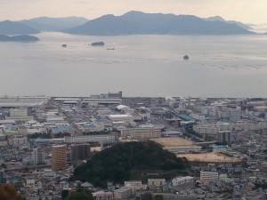 眼下になつかしい県立井口高校、向こうは能美島