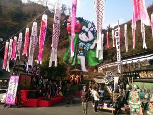 この歳末に鯉のぼり・・・左様にハチャメチャな派手装飾の「山賊」玖珂店