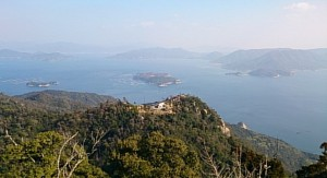 弥山山頂展望台から瀬戸内海を眺める。中央の小島は大なさみ島、右の半島が江田島のがんね