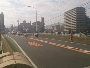 最終ランナー(今年も沖縄県)の後ろに白バイと救援車が
