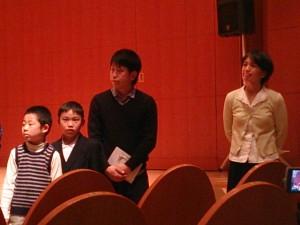 演目終了後、舞台から客席前に降りてから。右端の長身の女性が「ゆうこりん」