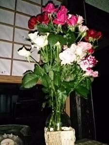 我がオンボロ草庵に飾ったバラの花束