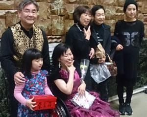 会場出口にて 後列左から、上野さん、平岡とも子さん、お友達二人 前列左から、更ちゃん、平岡麻衣子さん