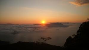 平成28年(2016年)の初日の出は、瀬戸内の島々にかかる雲海から