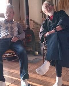 冨田家当主・伸吉翁と、豪華な薪ストーブの前で