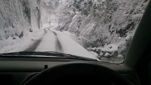 R191を離れ、内黒峠への登りに差し掛かると、とたんに雪道に。