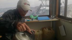 小屋のストーブの上で、自ら焙煎したというオリジナル・ユニーク・コーヒーを入れてくださるJさん、オン歳71歳、その昔、物理学者志望