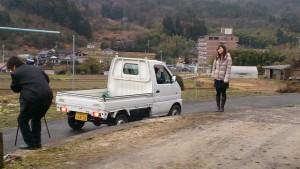 冨田邸の前でカメラを回す吉松監督